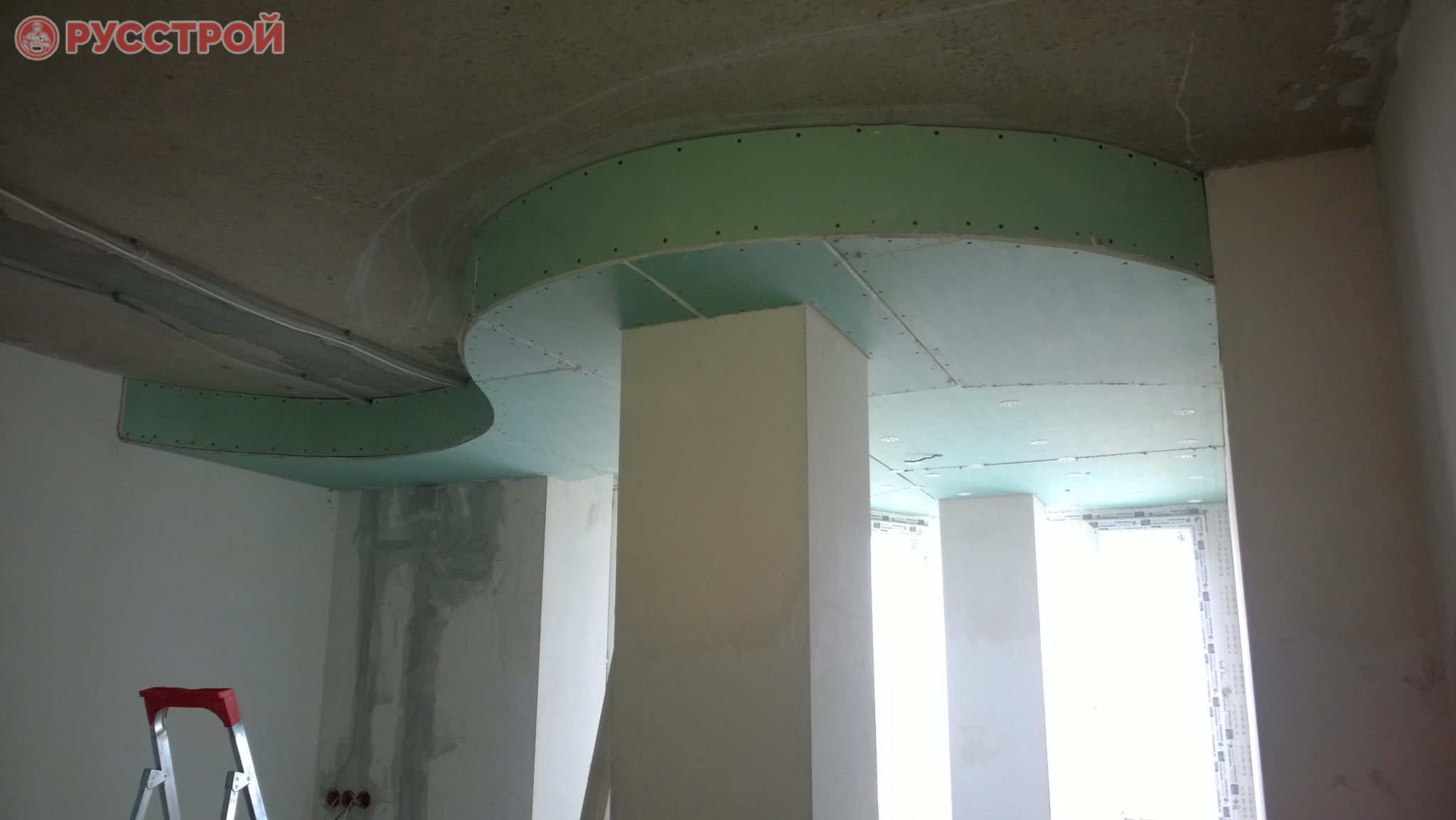Изогнутая форма потолка из гипсокартона. Сделано ООО 'Русстрой' г. Калуга