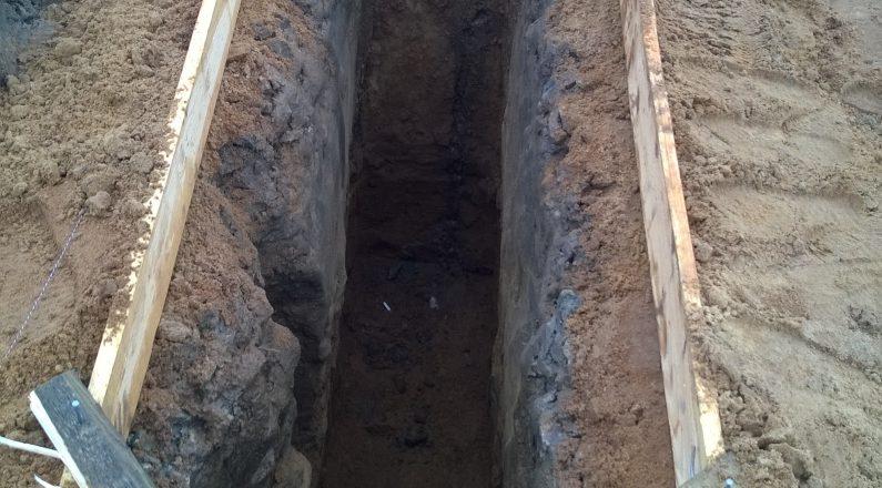 Копаем ямы для заливки бетонного фундамента