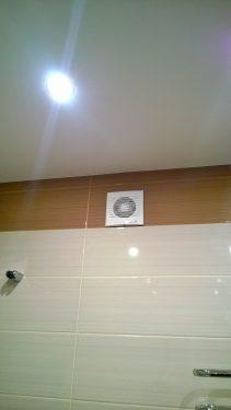 Натяжной потолок со светильниками и вытяжной вентилятор