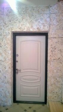 Установили новую дверь и отделали все стены декоративной штукатуркой