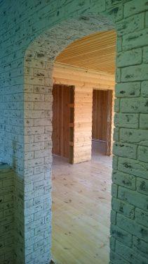 Стены отделаны декоративным камнем