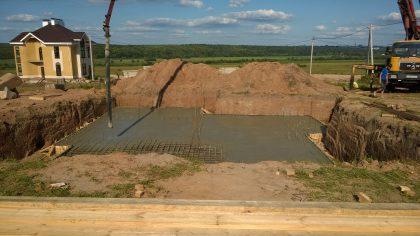 Заливка бетонной плиты фундамента
