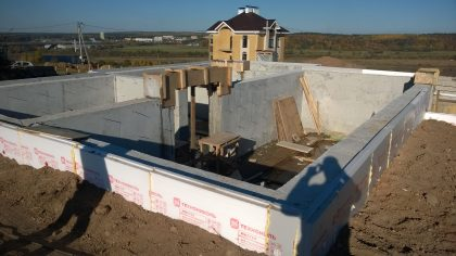 Прокладываем стены двумя слоями Технониколя для утепления и изоляции